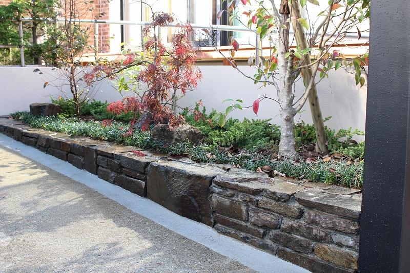 自然石花壇 コバ積み施工例